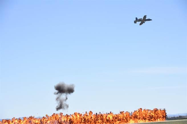 A-10的前線支援攻擊力很強,使它一直是友軍的天使,敵軍的惡魔。(圖/許劍虹提供)
