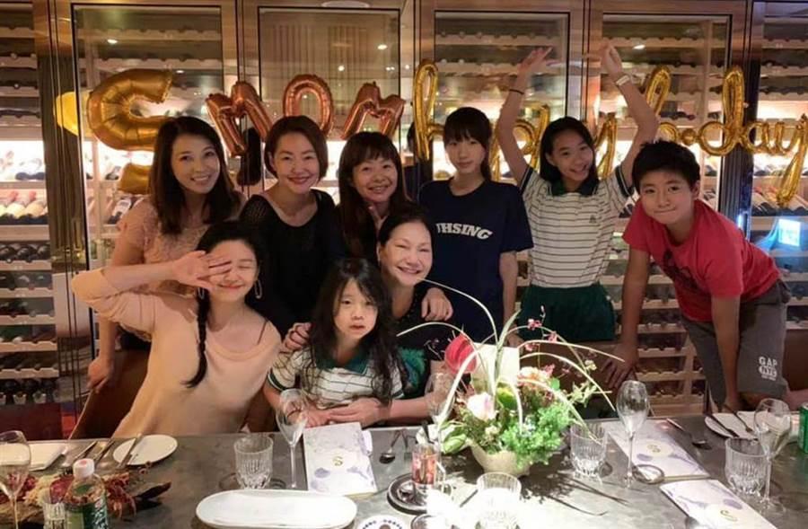 大小S一家人替徐媽媽慶生。(圖/翻攝自小S臉書)