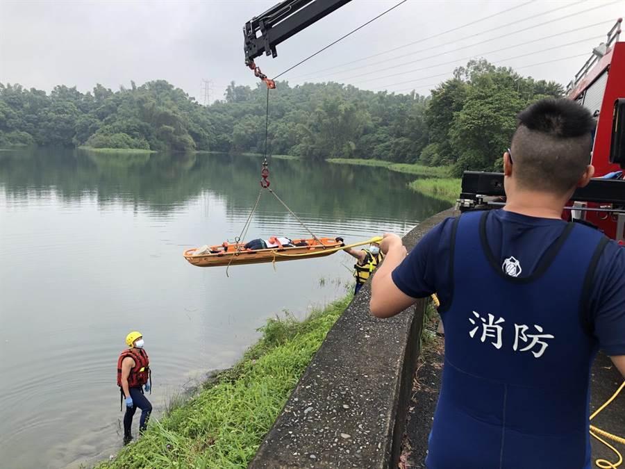 黃姓男子的屍體10日一早才浮出水面,已被消防人員打撈上岸。(翻攝/呂妍庭嘉義傳真)