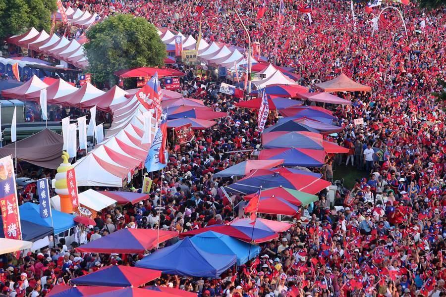三重區國民黨總統參選人韓國瑜8日舉辦初選過後首場大型造勢活動,去年九合一大選時的「國瑜夜市」也盛況再現,每個攤位前都擠滿人。(資料照,黃世麒攝)