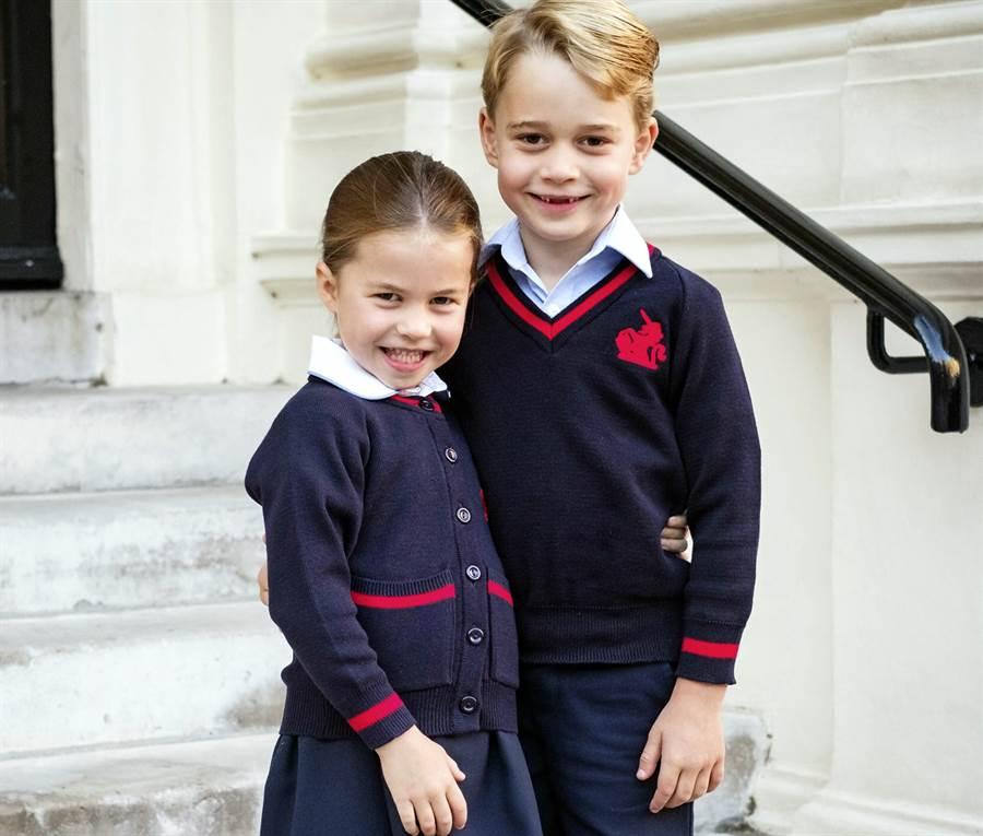 4歲的英國小公主夏綠蒂追隨6歲的哥哥喬治,進入倫敦托馬斯巴特希(Thomas's Battersea)學校就讀,成為他的學妹。(美聯社)