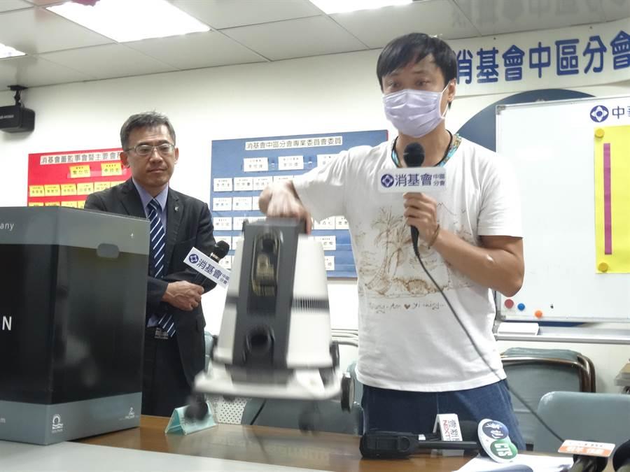 受害消費者現場操作三合一吸塵器,抱怨又重、又吵。(馮惠宜攝)