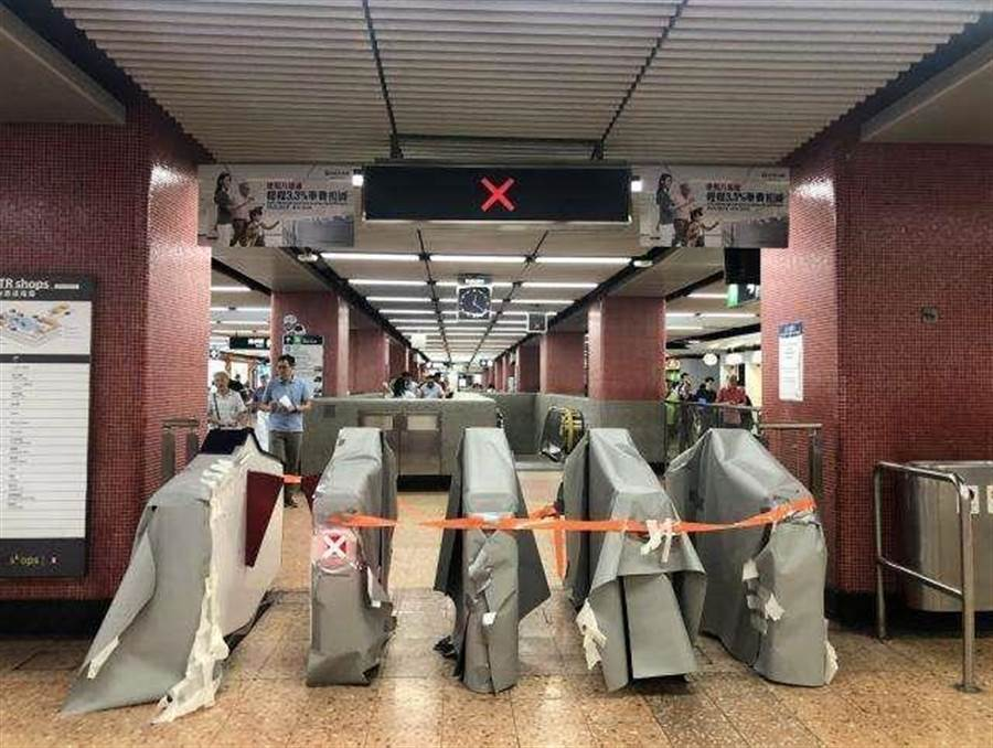 香港地鐵站硬體設施遭示威民眾暴力損毀。(新華社)