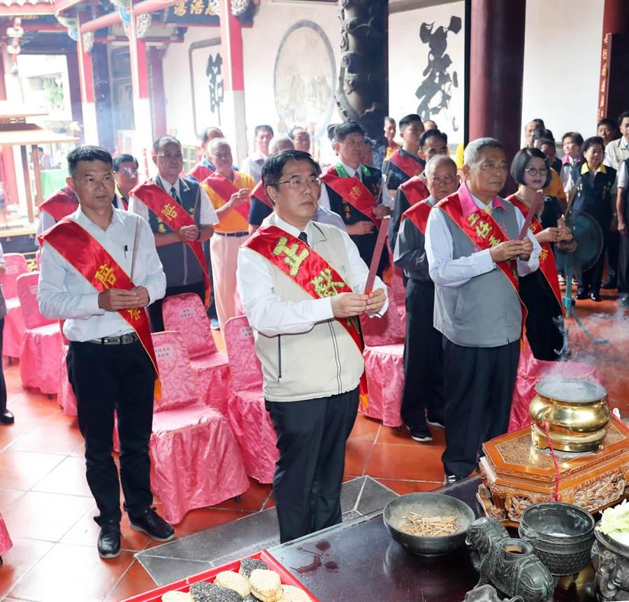 黃偉哲今天參加大天后宮秋祭典禮,談到郭台銘參選和台南立委選戰局勢。(曹婷婷攝)