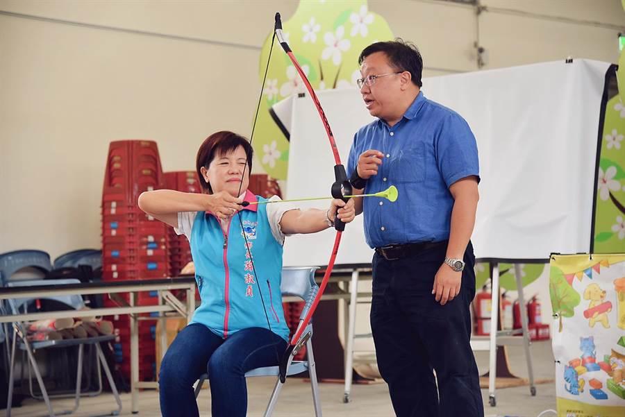 拉弓箭射遊戲非常適合銀髮族遊玩,許多長輩長時間坐在輪椅裡,身體蜷縮在座墊上,利用拉弓動作伸展肌肉,讓背部、胸部得到延伸,舒緩久坐不適。(王昱凱攝)