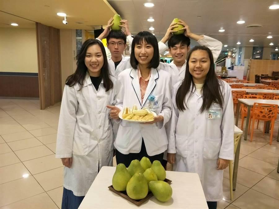 童綜合醫院營養治療科營養師蔡佩娟(前排中)表示,柚子含醣量不少,一天最好不要超過半顆。(陳淑娥攝)