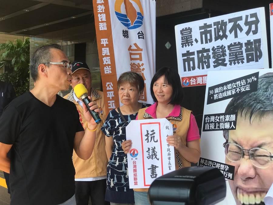 北市府代表接下抗議書。(張穎齊攝)