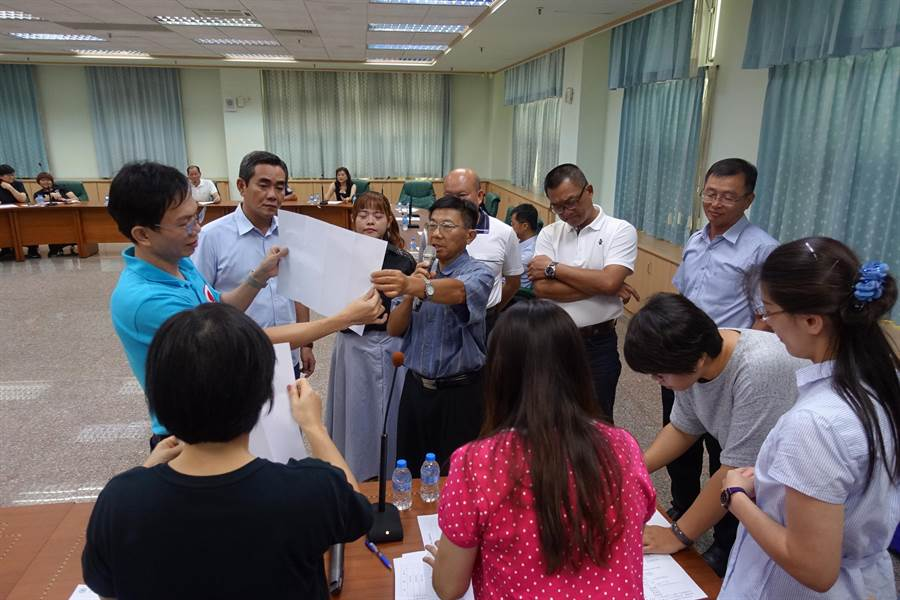 雲林縣議會六輕監督小組成立,經過舌戰以票選決定總召集人選,慎重領票、開票、唱票。(周麗蘭攝)