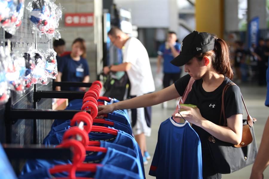 中華隊球衣和應援T恤相當受到粉絲歡迎。(李弘斌攝)