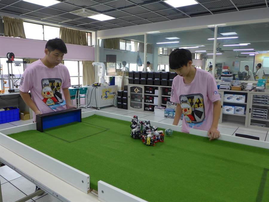 僑泰高中吳育丞(右起)、張睿承共組「來自泰空」團隊,奪下2019WRO國際奧林匹亞機器人大賽全國第三名,將代表台灣出國競賽。(林欣儀攝)