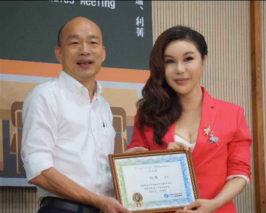 利菁獲邀擔任高市9月觀光代言人,今與昔日同窗高雄市長韓國瑜合體。(柯宗緯攝)
