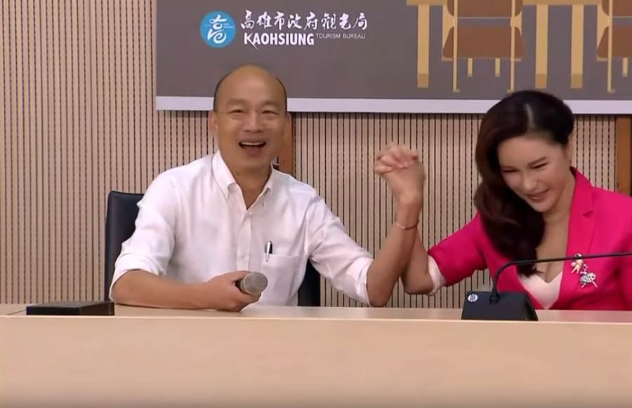 利菁(右)受邀擔任高雄觀光代言人,與市長韓國瑜(左)相見歡。(擷自YouTube)