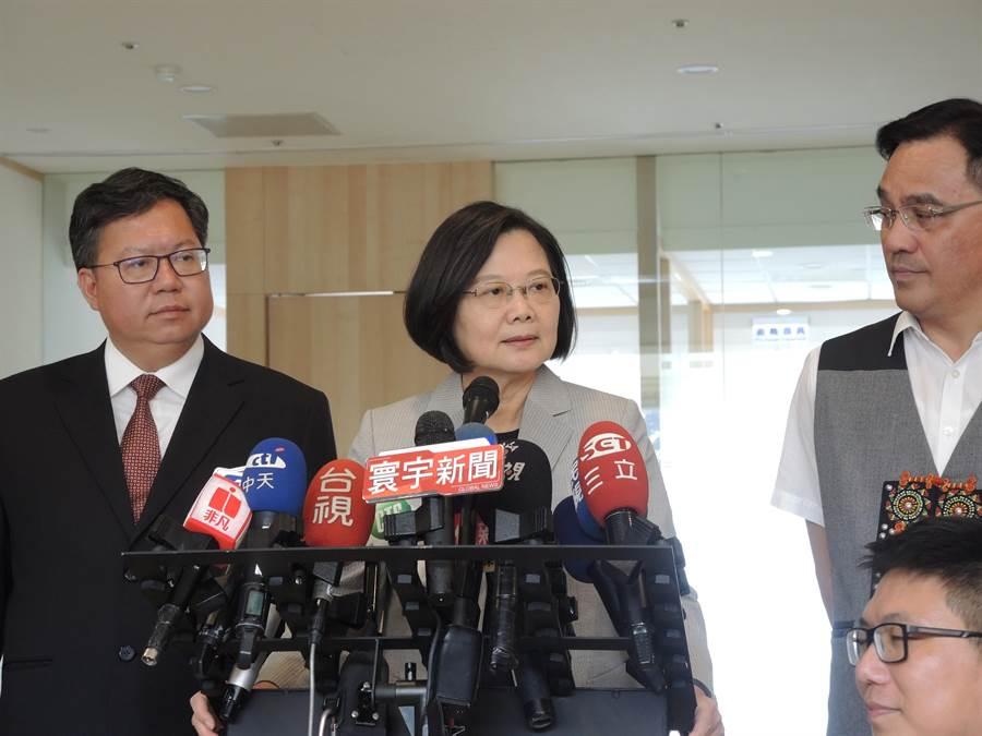 蔡英文總統10日出席桃園市龍潭區活動,對高鐵延伸至屏東議題表示是行政部門討論多時的問題。(邱立雅攝)