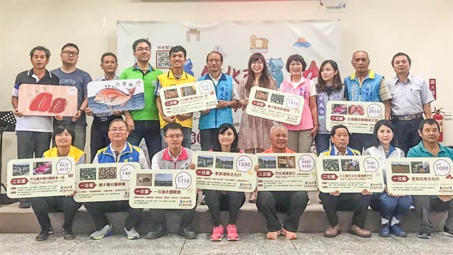 竹北市長何淦銘(前排右四)等人宣傳10月中展開的竹北市漫遊小旅行。(竹北市公所提供/羅浚濱新竹傳真)