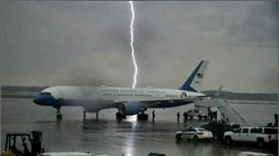 川普準備搭乘專機「空軍一號」前往造勢會場前夕,天空一道閃電打在專機附近,讓川普稱這一幕「驚人」。(圖取自川普推特)
