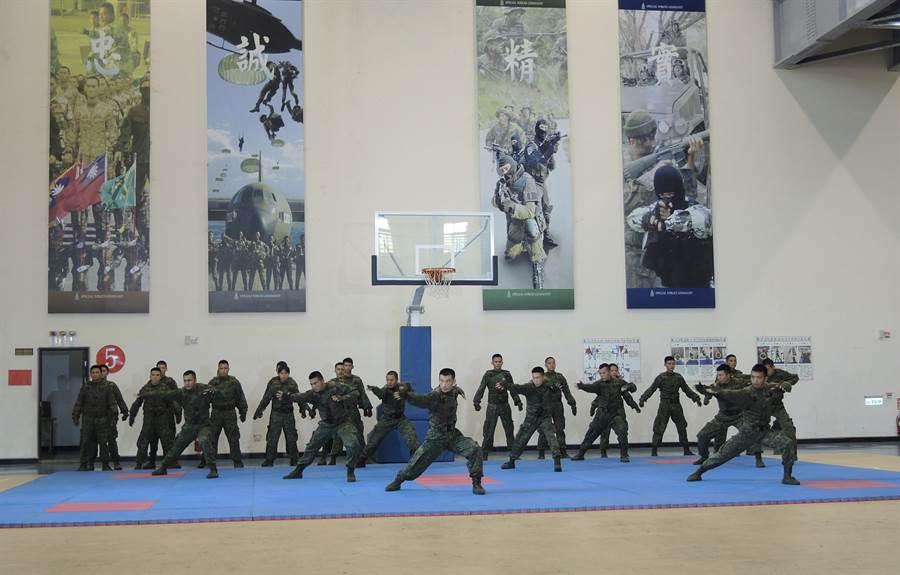 蔡英文總統10日下午到陸軍航特部武漢園區勞軍,欣賞戰技表演。(邱立雅攝)
