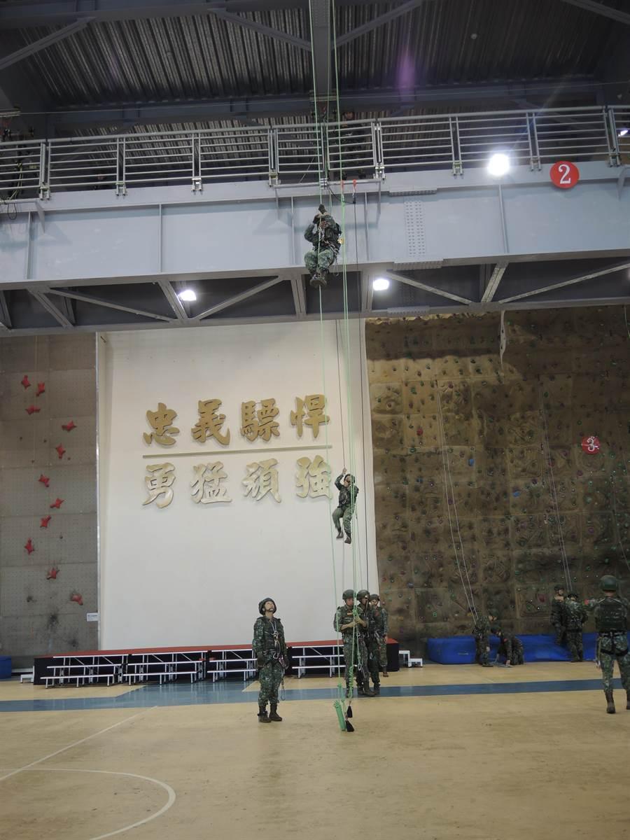 蔡英文總統到陸軍航特部武漢園區勞軍,國軍弟兄表演「戰術繩索操作」。(邱立雅攝)
