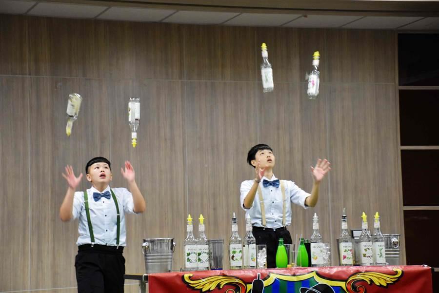 除飲品體驗及特殊主題市集,當天還有「東吳高職」調酒秀、「春稻藝術坊」茶服走秀等。(呂妍庭攝)