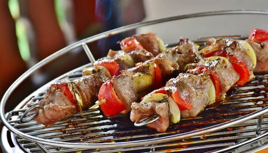 秋節夯烤肉,人氣燒烤店推出超優惠活動,只要身分證含1,5,8任兩碼數字,即可升級加贈超值海鮮吃到飽。(示意圖/pixabay)