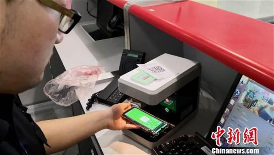 合肥機場安檢透過設備掃描旅客手機二維碼完成驗證流程。(取自中新網)