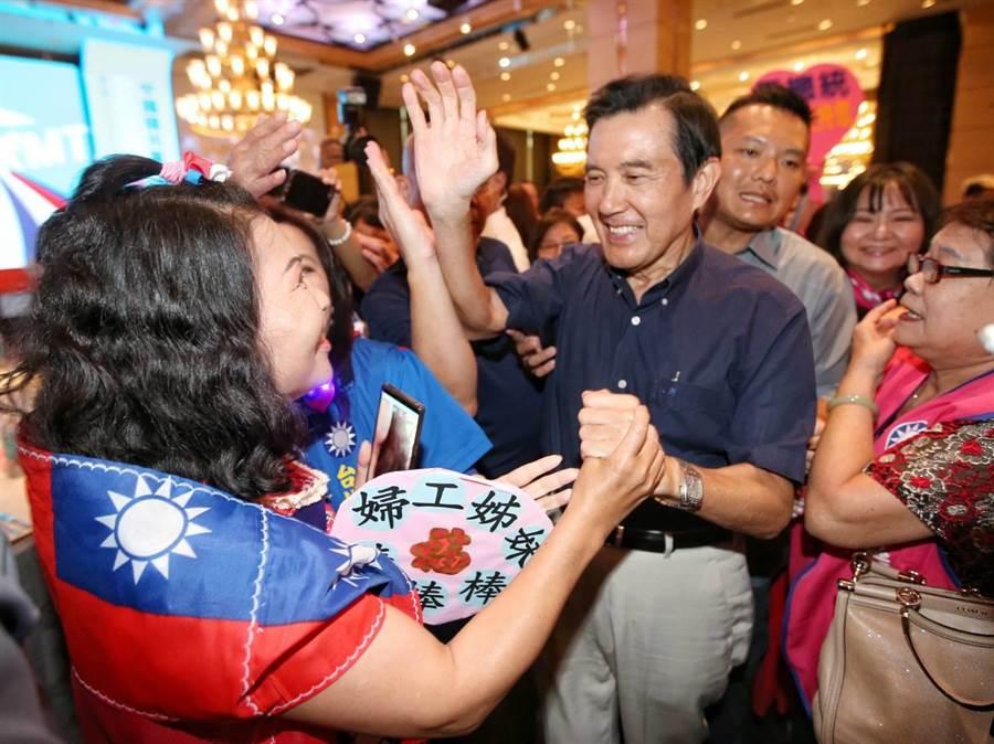 前總統馬英九今日赴國民黨台北市黨部舉辦「台北市里長服務促進會授證典禮」的活動現場。 (圖/趙雙傑)
