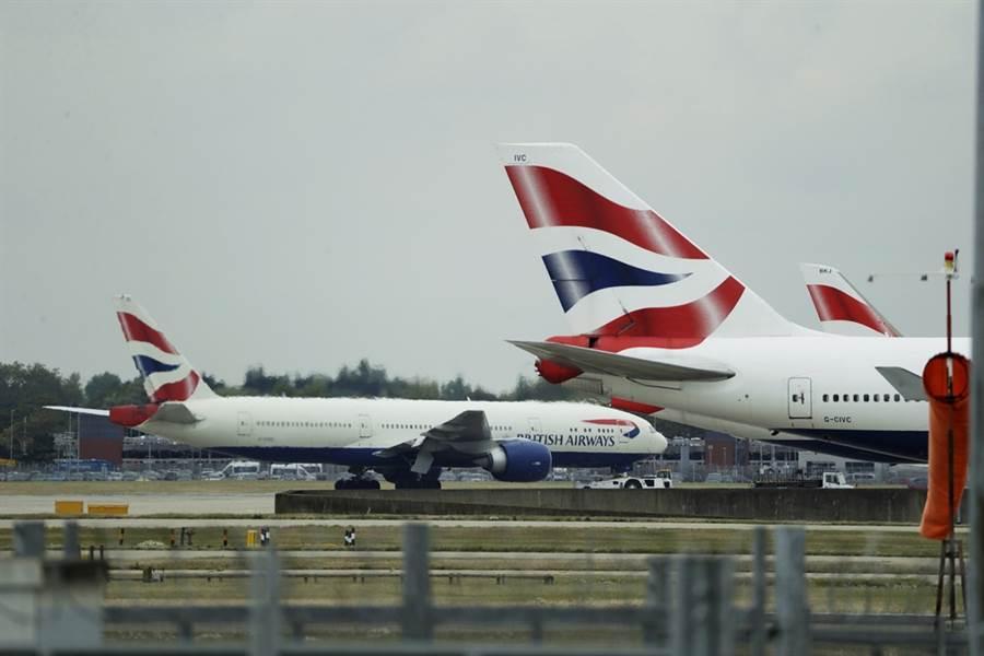 4,000名英國航空機師9日、10日首次大罷工,嚴重影響旅客往返英國與其他地區的航班,機票狂飆,搭乘廉航從倫敦飛往法國尼斯,航程不到2小時,竟要價台幣約49,000元。圖為9日停泊在倫敦希斯羅機場的英國航空飛機。(圖/美聯社)