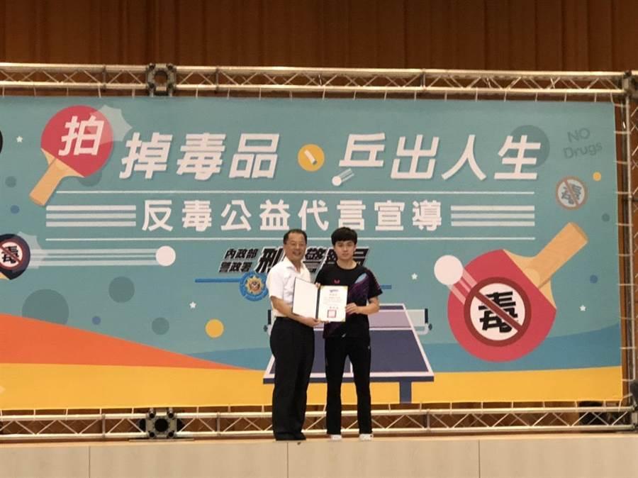刑事局長黃明昭頒獎給林昀儒,感謝他公益代言反毒。(林郁平攝)