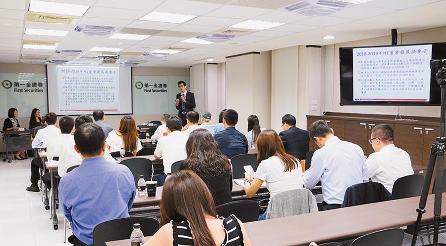 和康生技總經理陳松青於法說會說明去年至今年的重點摘要。圖/業者提供