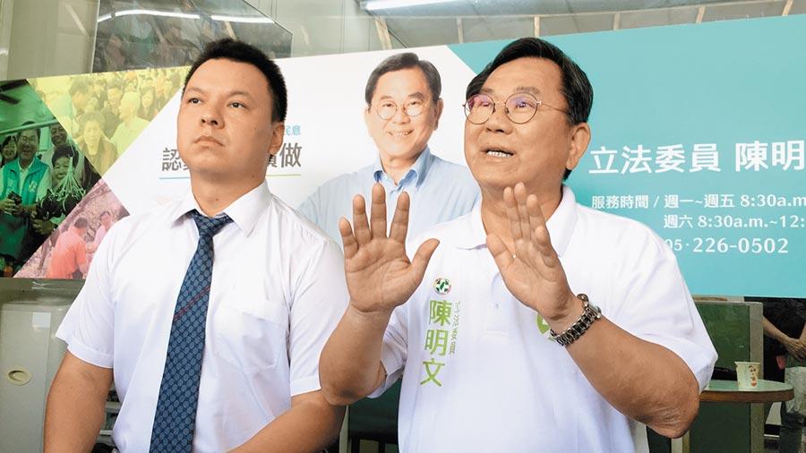 陳明文(右)5日由律師陳澤嘉(左)陪同,首度露面說明300萬疑雲風波。(本報資料照片)