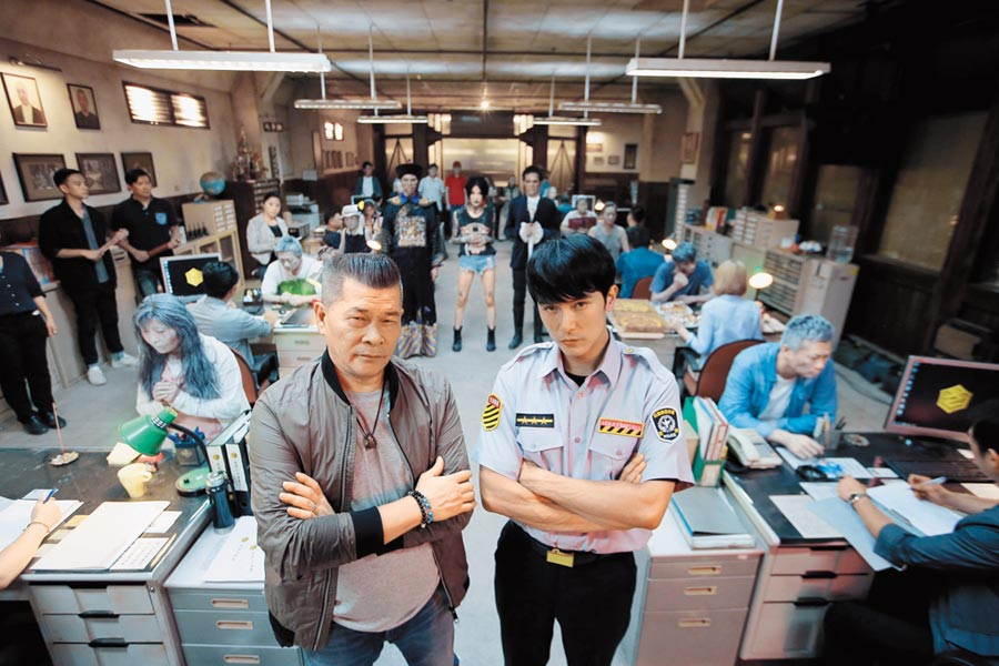 《第九分局》由邱澤(右)、澎恰恰等主演,上映11天全台票房賣破3800萬元。(甲上娛樂提供)