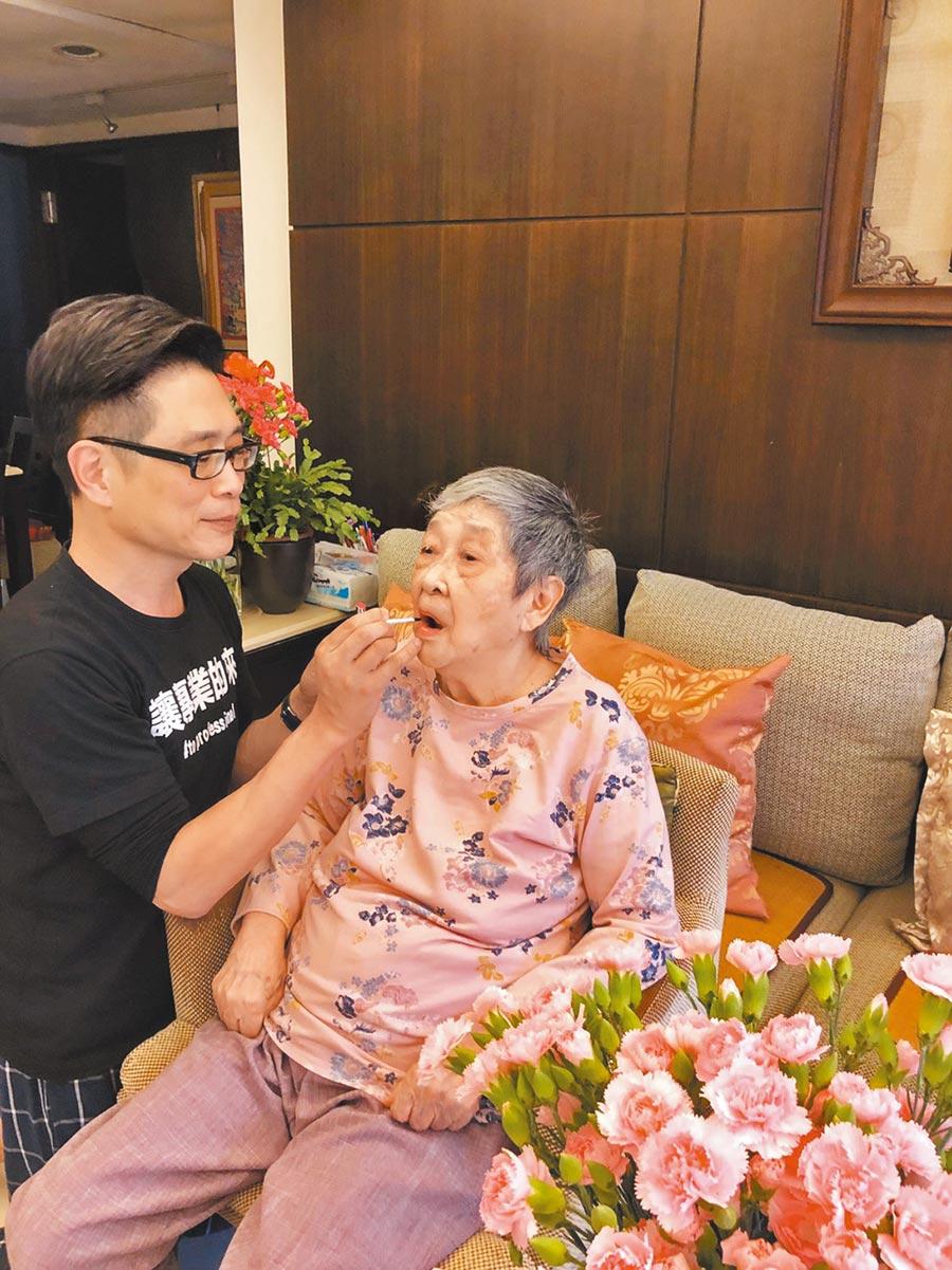 朱正生(左)以往每逢節日都會幫媽媽裝扮一番,媽媽上月病逝後,中秋佳節倍思親。(朱正生提供)