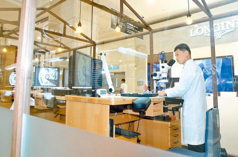 台北101與Swatch Group首次在1樓獨家合作鐘表體驗工坊,提供製作機芯、表殼、鍊帶、面盤等體驗課程,報名費1000元。(粘耿豪攝)