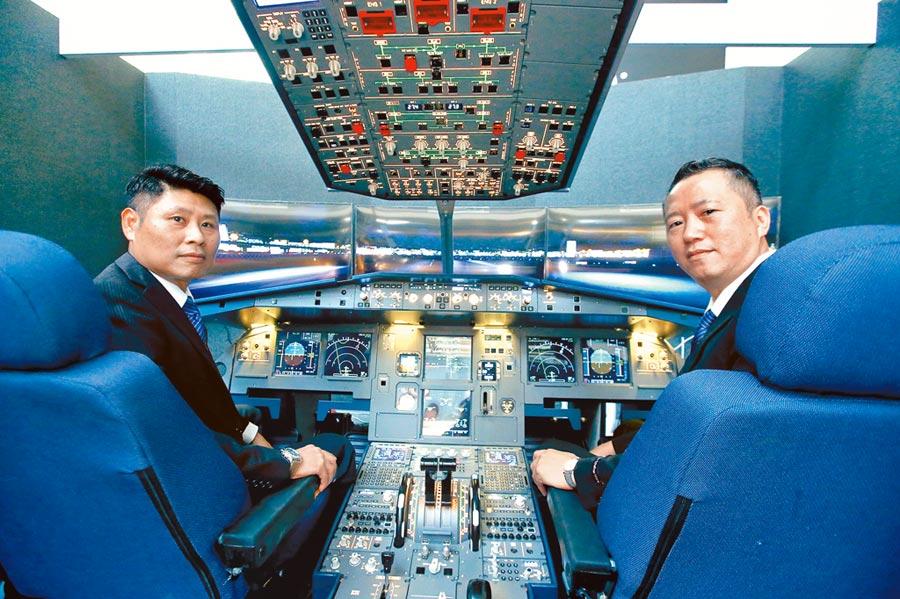 台北101 4樓「航空飛行」展區,可讓消費者預約iPilot飛行模擬體驗,更了解飛行表的功能,入門課程15分鐘1200元、玩家級課程60分鐘4800元。(粘耿豪攝)