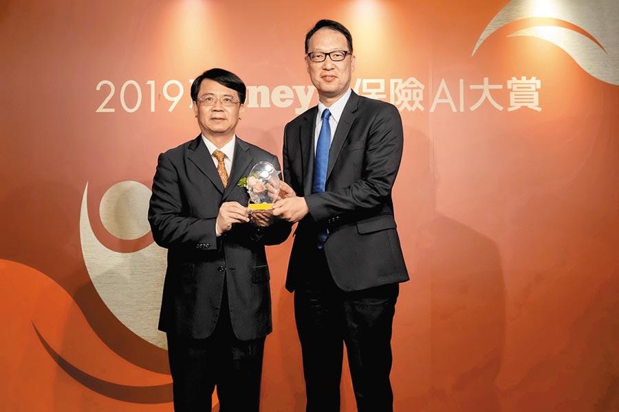 金管會副主委張傳章(左)頒獎予安聯人壽行銷長鄭祥琨(右)。(安聯人壽提供)