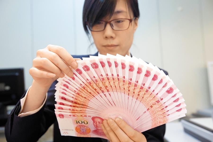 人行降準是否促使人民幣貶值?專家認為,應視後續對經濟影響而定。(中新社資料照片)