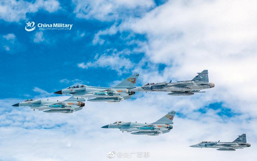 中泰聯合演習現場曝光,大陸殲10C和泰國鷹獅戰機齊飛。(取自微博@央廣軍事)