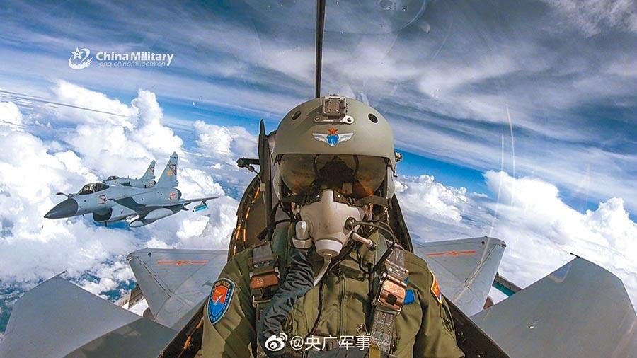 大陸殲10C飛行員有頭盔瞄準系統。 (取自微博@央廣軍事)