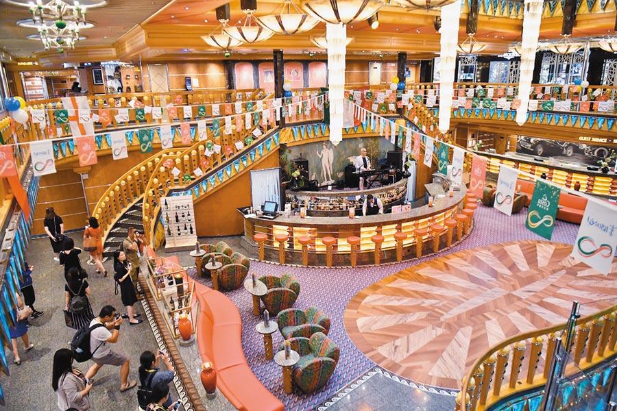2017年7月6日,歌詩達郵輪.大西洋號為陸客帶來海上義大利度假體驗。(中新社)