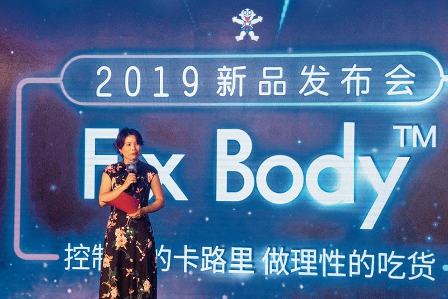 旺旺集團生產研發群總處長曹永梅表示,Fix Body產品都標示出熱量值,希望讓大家吃得健康美麗與自信。(記者吳泓勳攝)