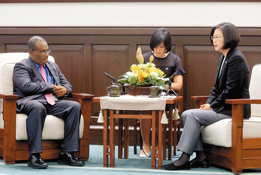 總統蔡英文(右)9日接見索羅門群島外交部長馬內列(左)。(中央社)