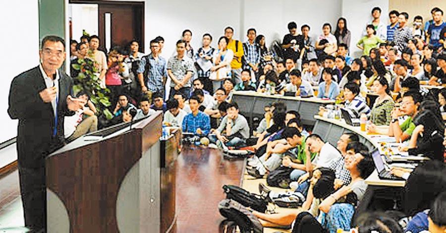 北京大學學生在教室聆聽教授講課。(中新社資料照片)