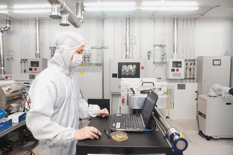 復旦大學微電子學院學生在實驗室內工作。(新華社資料照片)