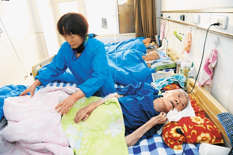 大陸失能老年人超過4000萬人,社會面臨龐大的照護壓力。圖為2013年11月21日, 西安「失能老人之家」(碑林區第一愛心護理院)。(新華社)