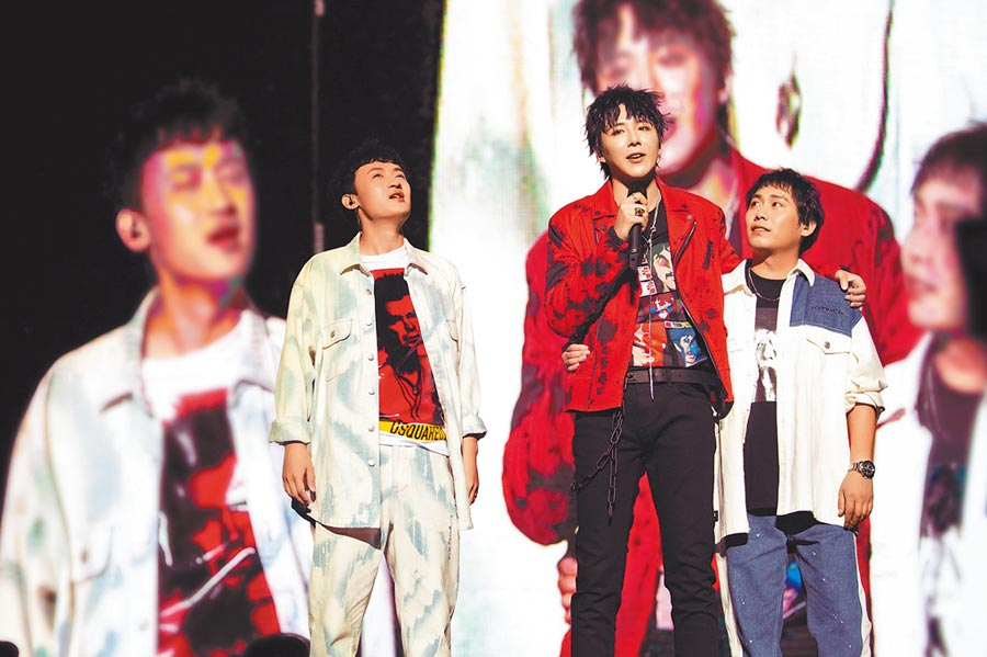摩登兄弟樂隊成員,從左至右依次為阿卓、劉宇寧、大飛。(取自《新京報》)