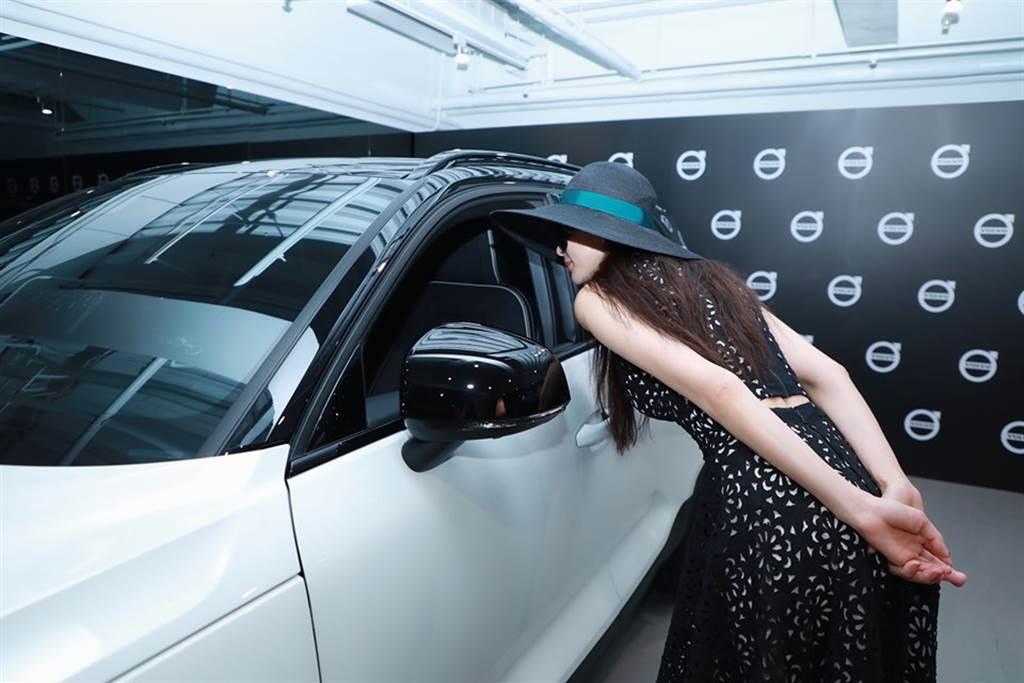林志玲露出小蠻腰,看不出是個孕婦。(圖/取材自Volvo Cars Taiwan臉書)