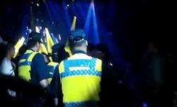 跳舞卡太緊 酒客舞池亂鬥遭警帶回