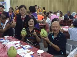 頭份市長羅雪珠邀集老人作柚子彩繪