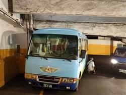 糗!基隆2公車違規 卡虎仔山迴車塔內
