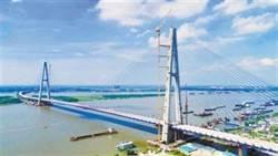 長江上最寬武漢青山大橋   可10輛車並排行駛