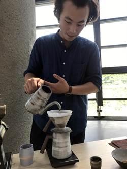 追求手做觸感 他用陶瓷製做手沖咖啡壺組
